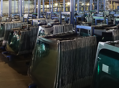 autósüveg gyártása a Glass-Lux gyárban